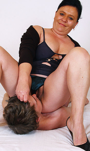 Hot mom Danica H facesitting a boy