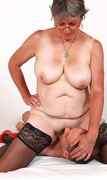 Amateur mom Doris facesitting fetish