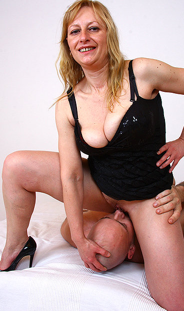 Hot mom Gabina F facesitting a boy