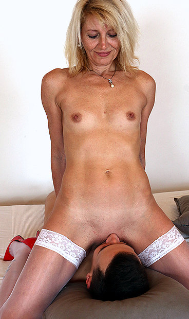 Hot mom Ivona P facesitting a boy