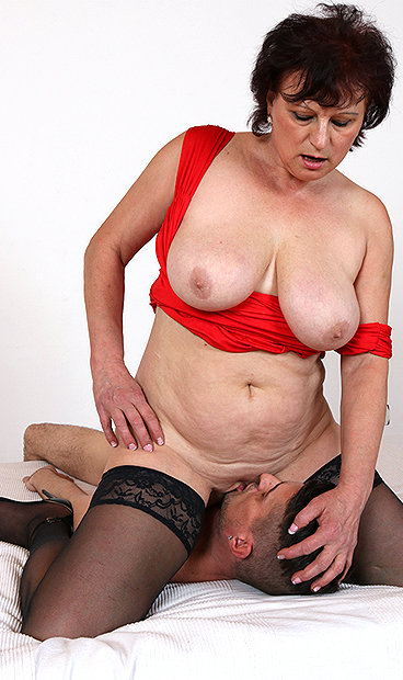Hot mom Matilda M facesitting a boy