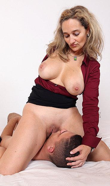 Hot mom Ameli Monk facesitting a boy