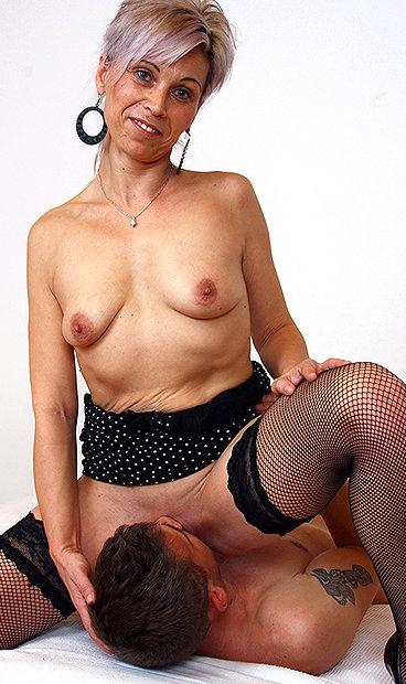 Hot mom Beate U facesitting a boy