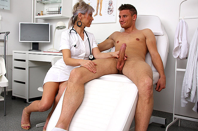 Фото врачиха дрочит хуй мужику