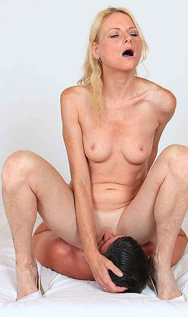 Hot mom Debora V facesitting a boy