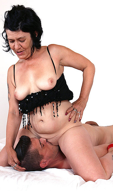 Amateur mom Flavia facesitting fetish