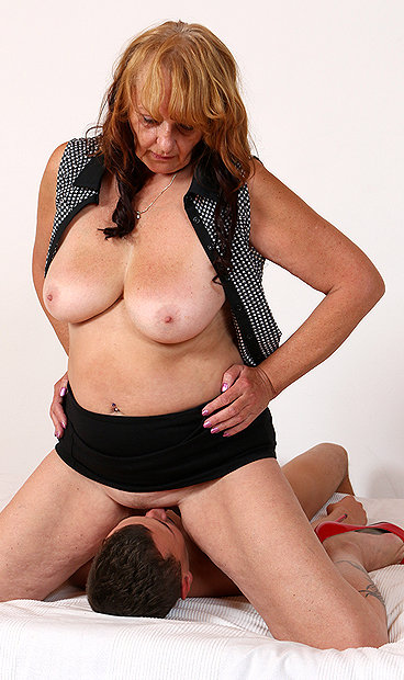Hot mom Glenda M facesitting a boy