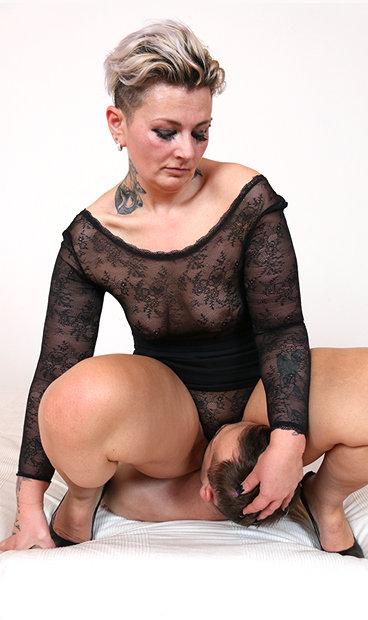 Hot mom Hedda P facesitting a boy