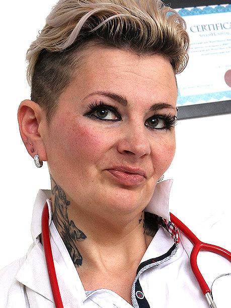 Hot female doctor Hedda P
