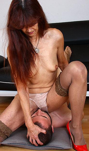 Hot mom Lada facesitting a boy