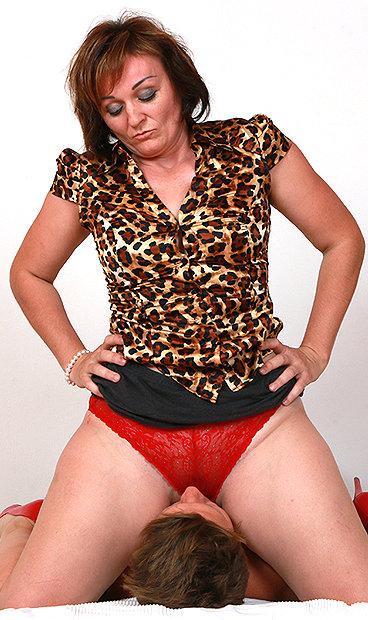 Hot mom Rosa T facesitting a boy