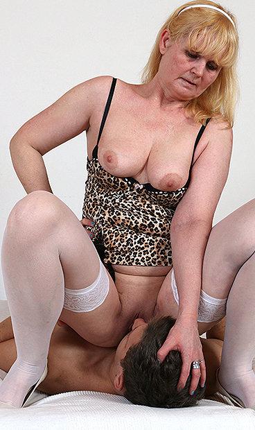 Hot mom Saskia B facesitting a boy