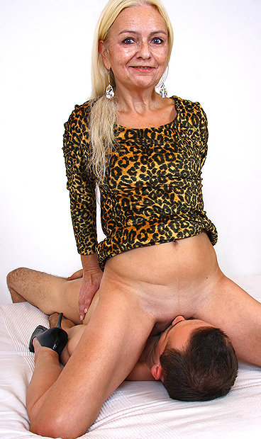 Hot mom Vera B facesitting a boy